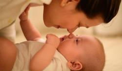 Baby's op dezelfde golflengte als volwassenen bij het spelen