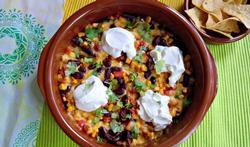 Mexicaanse schotel met zwarte bonen, mais en paprika