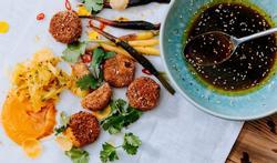Feestelijke vegetarische kroketjes met gegrilde worteltjes en sojadressing