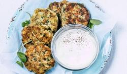 Tonijnkoekjes met zoete aardappel en yoghurt-muntdip