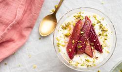 Dessert met rabarber en frisse yoghurtmousse