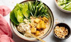 Frisse Thaise bowl met krokante tofu en pindasaus