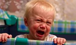 Bébé a du mal à s'endormir : faut-il le laisser pleurer ?