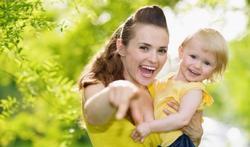 Parler à un enfant : les gestes comptent autant que les mots