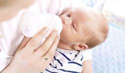 Waarom moeders die flesvoeding geven zich niet schuldig moeten voelen