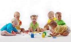 Les bébés adorent écouter parler… les autres bébés