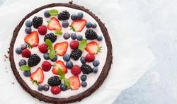 Tarte brownie avec un dressage aux fruits rouges
