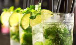 Waarom word je sneller dronken als je een alcoholhoudende drank met een rietje opzuigt?