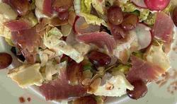 Slaatje van rode biet, ham, kaas en druiven