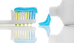 Hoeveel tandpasta hebben volwassenen en kinderen nodig om hun tanden goed te poetsen?