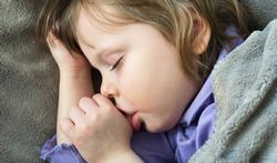 Pipi au lit : 7 conseils si votre enfant dort ailleurs