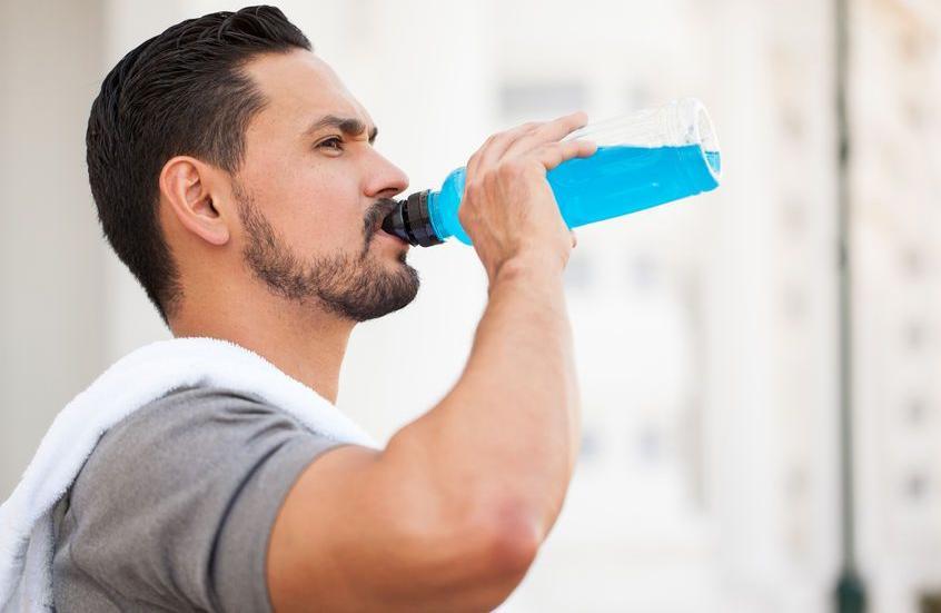 123-man-drinkt-sportdrank-07-18.jpg
