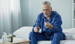 123-man-medic-ziek-pil-senior-02-19.jpg