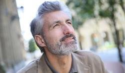 Pourquoi le stress donne-t-il des cheveux gris ?