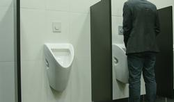 Vidéo - Pourquoi les hommes urinent debout... et en mettent partout