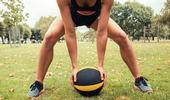 Des exercices de ballon pour améliorer son équilibre