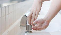 Toilettes : messieurs, prenez exemple sur les dames !