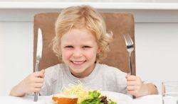 Pour calmer votre enfant, découpez sa viande