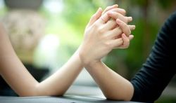 Se tenir la main : un puissant anti-stress