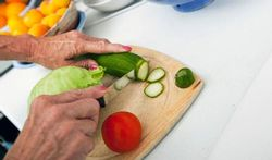 123-senior-handen-groenten-voed-ouder-170-03.jpg