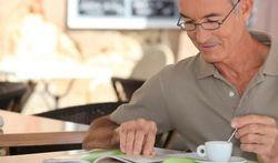 Presbytie : pourquoi la vue de près baisse-t-elle avec l'âge et que faire ?