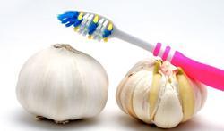 Wat zijn de oorzaken van een onfris ruikende adem?