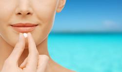 Moet de behandeling van acne tijdens de zomer gestopt worden?