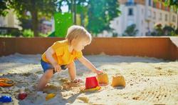 Hoe houd je een zandbak proper en waarom is dat belangrijk?
