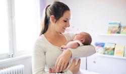 Pourquoi portons-nous les bébés sur le bras gauche ?