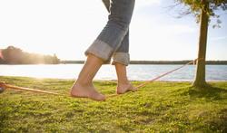 Slackline : les bienfaits de la marche sur une sangle élastique