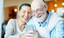 Seniors : les conseils pour bien choisir un portable adapté