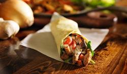 Wraps complets, légumes au wok et dés de dinde épicés