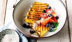 Ananas grillé aux myrtilles (bleuets) et noix de coco