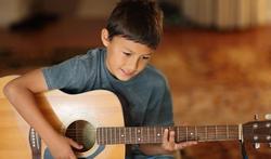 Fotolia_kind-muziek-gitaar-hobby-02-15.jpg