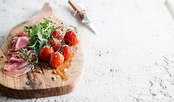 Salade de jambon de Parme, tomates au four et parmesan