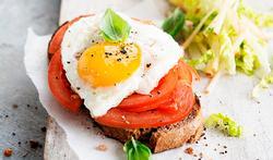 Petit œuf sur le plat à la méditerranéenne