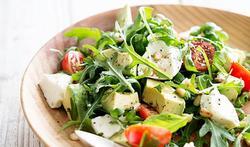Salade de mozzarella, tomates cerises et avocat