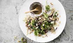 Salade de quinoa, fromage de chèvre, bébés épinards et shiitakés poêlés