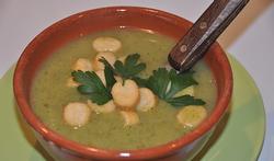Velouté de courgette, de brocoli et de persil aux croûtons