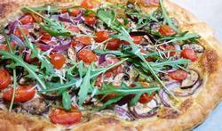 Donderdag Veggiedag: plaattaart met champignons, kerstomaten en rode ui