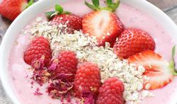 Smoothiebowl met aardbeien en rozenwater